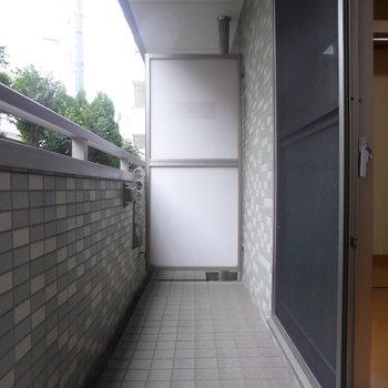 バルコニーはワイドサイズ!洗濯物は沢山干せそう〜※写真は1階の反転間取り別部屋のものです