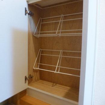 靴箱がコンパクトです。計4足分。※写真は1階の反転間取り別部屋のものです