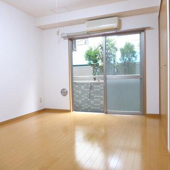 洋室参りましょう!オーソドックスな色合い◎※写真は1階の反転間取り別部屋のものです