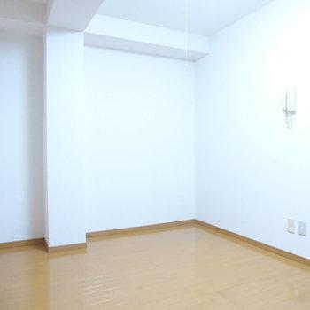 真っ白なクロス◎※写真は1階の反転間取り別部屋のものです