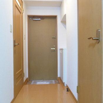 右手がトイレに、左手が脱衣所に続きます。※写真は1階の反転間取り別部屋のものです
