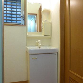 洗面台はややコンパクトなつくり。※写真は1階の反転間取り別部屋のものです