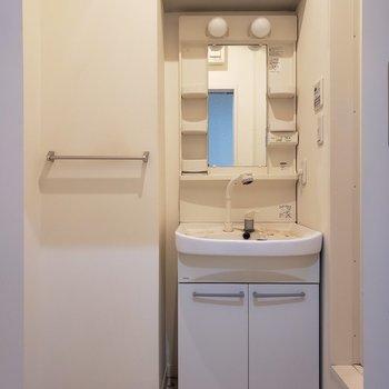 コンパクトな水回り※写真は1階の同間取り別部屋、清掃前のものです