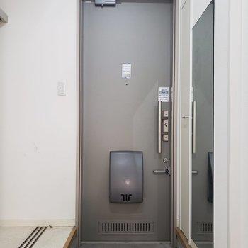 ゆったりできる玄関※写真は1階の同間取り別部屋、清掃前のものです