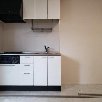 隣には冷蔵庫と調味料棚が置けるかな。※写真は1階の同間取り別部屋、清掃前のものです