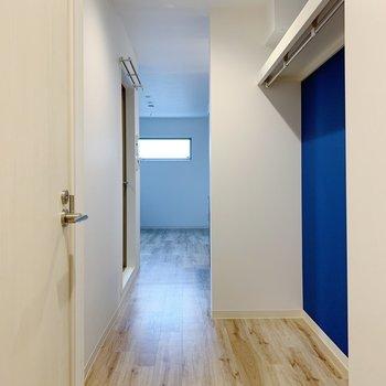 お部屋を開けるとブルーがちらり。オープン収納になってます。