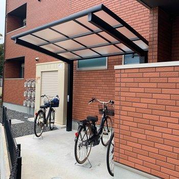 駐輪場もアパートの裏に見つけました◯屋根付きです。