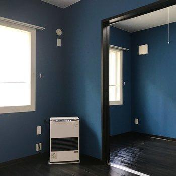 ブルーがアクセントのさわやかルーム。窓枠が白いのもまたおしゃれ◎