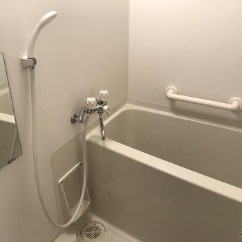 浴室はホワイト!落ち着くじゃないですか〜