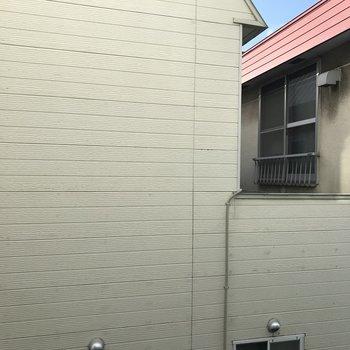 窓からの眺望。建物に囲まれております。2階なので若干光はいります
