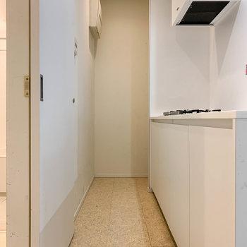 さてさて、キッチンへ。奥に冷蔵庫置き場があります。※写真はクリーニング前のものです。