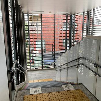 駅の階段を降りて行くと…