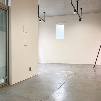 【LDK】玄関側から見ると。奥にカクッと空間が広がります。