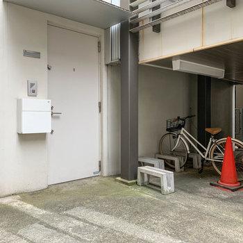 玄関付近に住人専用の駐輪場があります。
