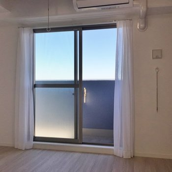窓の外には青空が広がります♩※写真は同タイプの10Fのお部屋。
