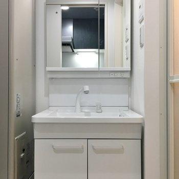 鏡の後ろに歯磨き類を置けます!※写真は同タイプの10Fのお部屋。