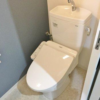 トイレにもブルーのクロス。※写真は同タイプの10Fのお部屋。