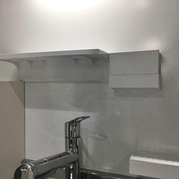 スポンジ置きや調理器具収納も!※写真は同タイプの10Fのお部屋。