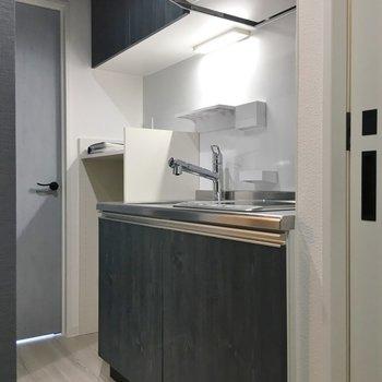 スマートなキッチン。※写真は同タイプの10Fのお部屋。