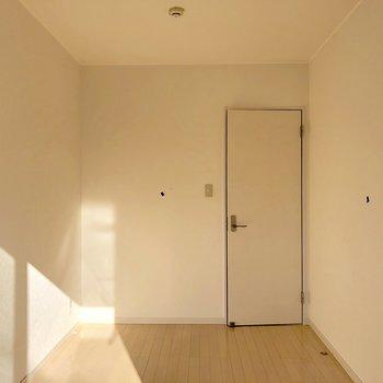 7帖の洋室。ナチュラルな空間です(※写真は清掃前です)