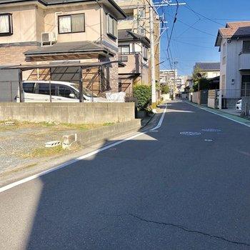 目の前の道。落ち着いており、住宅地が広がります。