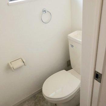 トイレは窓付きで明るい。(※写真は清掃前です)