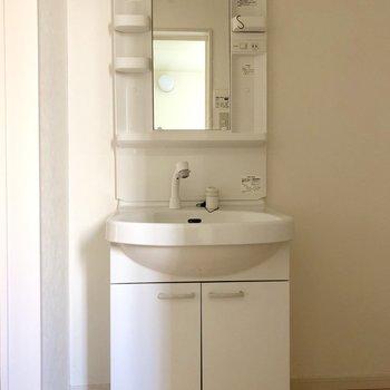 洗面台はスリムです。(※写真は清掃前です)