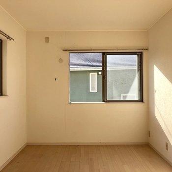 窓が2つ。ゆらゆらなびくカーテン想像しちゃった。そしてこの太陽のひかり!(※写真は清掃前です)