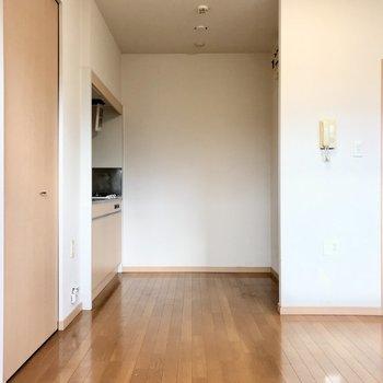 キッチンは奥にひっそり。冷蔵庫は右側の角っこ。広さがあるのでラックも置けますよ◯(※写真は清掃前のものです)