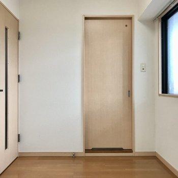 あのスライドドアの先が脱衣所です(※写真は清掃前のものです)