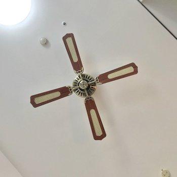 天井にはお洒落なシーリングファンも。