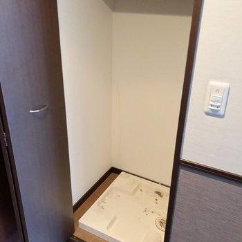 洗濯機置場はその向かいに。こちらも扉で隠せます。