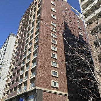 那珂川沿いのどっしりした建物。1階には居酒屋が入っています。
