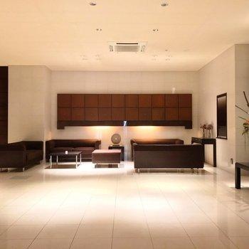 エントランスには冷暖房も完備。低層階用・高層階用と、エレベータが分かれています。