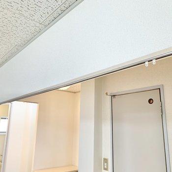【LDK】上部にカーテンレールが付いているんです。