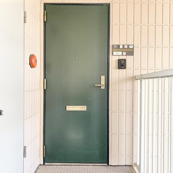 こちらは玄関前。エメラルドグリーンのドアが良い味出してますね〜。