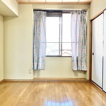【洋室6帖】壁一面抹茶色。なんだか落ち着きますね。※カーテンは残置物です