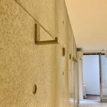 【下階】両面とも、壁にはフックが付いています。