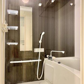 お風呂はゆったり。収納もしっかり付いて安心です。