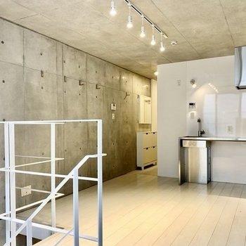 天井もコンクリートだと、クール感が増しますね〜。