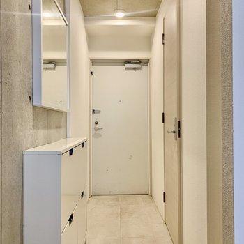 玄関が長〜い!横の鏡でお出かけ前の最終チェックを。