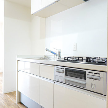 キッチンも真っ白ナチュラル!冷蔵庫は左奥に。
