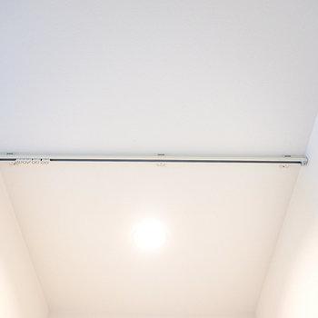 天井にはカーテンレール。仕切ることもできるようしっかりと配慮◎