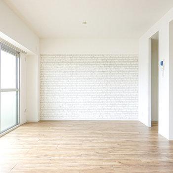 リビング・ダイニングは10.5帖!白い空間と自然な床材に、南からの光がとっても明るい◎
