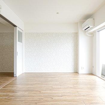 両サイドにレンガ調のアクセントクロス。白い家具やアンティークの棚が似合いそうな空間!
