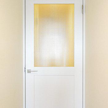 玄関部分へのドアには可愛らしいモザイクガラス!