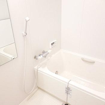 お風呂も真っ白なんですよ〜。ついつい長風呂してしまいそう!