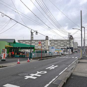 駅を出てすぐ、スーパーとその奥にお部屋の建物が見えます。買い物して帰ろう。