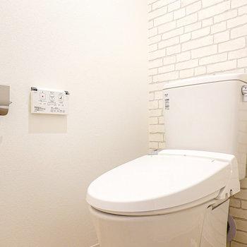 トイレは洗面台左に。スリムなカタチにウォシュレット付き。