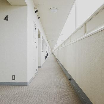 白いからか、なんだか居心地の良いお部屋前の共用部。